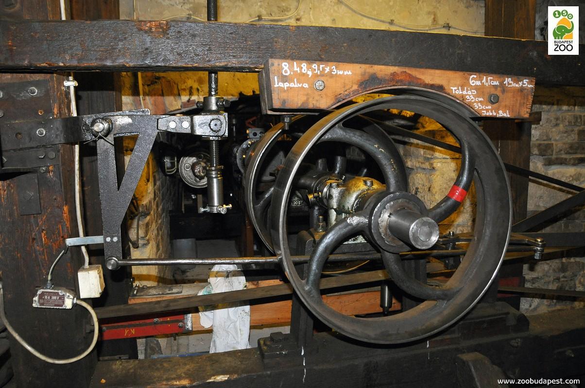 A körhinta eredeti hajtóműve a míves kidolgozású tárcsákkal